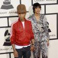 Pharrell Williams, un peu trop décontracté et accompagnée de sa femme Helen Lasichanhlors des 56e Grammy Awards au Staples Center. Los Angeles, le 26 janvier 2014.