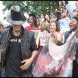 Des fans de Michael Jackson lui rendent hommage sur le parvis de Notre-Dame à Paris, le 26 juin 2009.