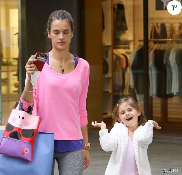 Alessandra Ambrosio et sa fille Anja se baladent à Brentwood le 11 février 2014.