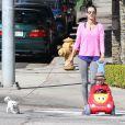 Alessandra Ambrosio passe du temps avec son fils Noah et leur adorable chien à Brentwood, le 11 février 2014