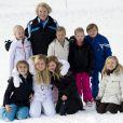 La princesse Beatrix entourée de ses petits-enfants. La famille royale des Pays-Bas au complet a donné rendez-vous à la presse le 17 février 2014 pour la séance photo officielle de son séjour aux sports d'hiver à Lech am Arlberg, en Autriche. Là où, deux ans plutôt, le prince Friso d'Orange-Nassau était piégé par une avalanche fatale.