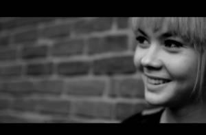 Sophie-Tith (Nouvelle Star) : Blonde platine dans son clip ''Enfant d'ailleurs''