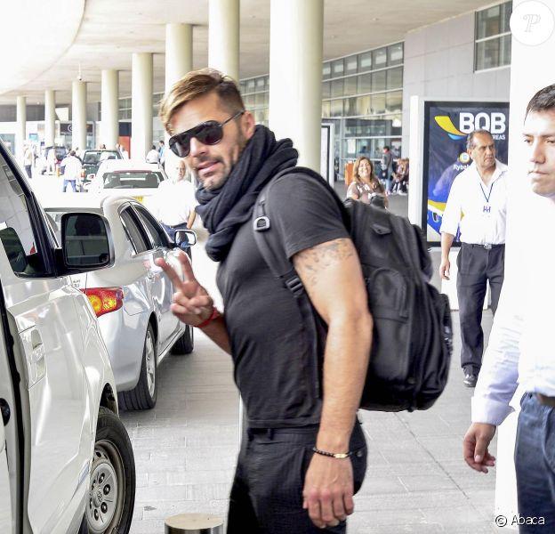 Le sexy Ricky Martin arrive à Carrasco International Airport avec ses fils Matteo et Valentino et son ami et manager Jose Vega à Montevideo, Uruguay, le 19 février 2014.