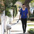Olivia Wilde, enceinte, promène son chien dans la rue à Los Angeles, le 20 février 2014.