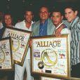 Alliage reçoit un disque d'or, au Colonial, avec leur producteur Gérard Louvin, le 6 juin 1997.