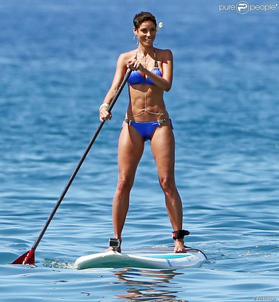 Nicole Murphy, 46 ans, se dore la pilule à Hawaï où se déroule le tournage de l'émission de télé-réalité Hollywood Exes. Le 23 février 2014.