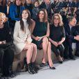 Charlotte Gainsbourg, Chiara Mastroianni et Catherine Deneuve le 5 mars 2014 au Louvre au premier rang du défilé Louis Vuitton, le premier signé Nicolas Ghesquière, lors de la Fashion Week prêt-à-porter automne-hiver 2014-2015 de Paris.