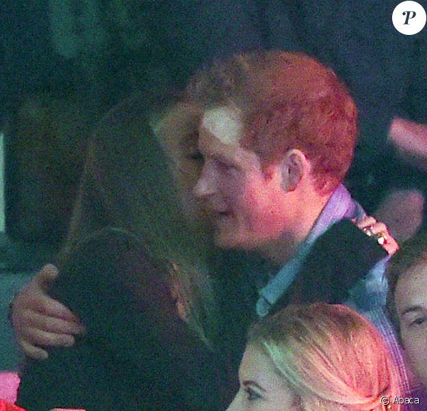 Le prince Harry et Cressida Bonas dans les bras l'un de l'autre à Wembley le 7 mars 2014 lors de l'événement We Day UK organisé par l'association Free the Children.