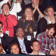 Cressida Bonas, avec son beau-frère Sam Branson à sa droite, déchaînée pendant le discours de son petit ami le prince Harry à Wembley le 7 mars 2014 lors de l'événement We Day UK organisé par l'association Free the Children.