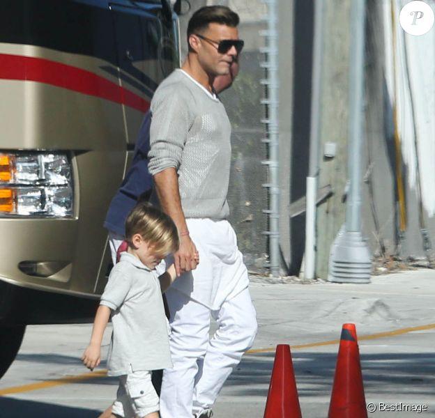 Exclusif - Ricky Martin va chercher ses fils Matteo et Valentino à l'école à Miami, le 16 mars 2014.