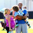 """Kendra Wilkinson (enceinte) en famille à Calabasas à Los Angeles, le 16 mars 2014."""