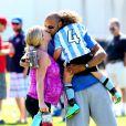 """Kendra Wilkinson (enceinte) lors d'un match de foot de son fils Hank Jr. à Calabasas (Los Angeles), le 16 mars 2014."""