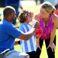 """Kendra Wilkinson (enceinte) en famille lors d'un match de foot de son fils Hank Jr. à Calabasas (Los Angeles), le 16 mars 2014."""