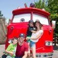 Gisele Bundchen en famille à Dineyland en juillet 2013. Elle pose avec son époux, le fils de ce dernier, ainsi que Benjamin, leur enfant.