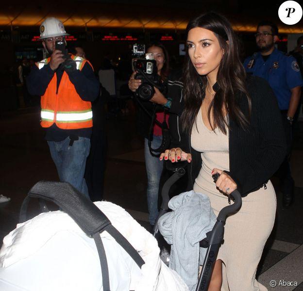 Kim Kardashian, de retour à Los Angeles avec sa fille North. Le 26 mars 2014.