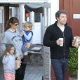 Jennifer Garner et Ben Affleck avec Seraphina et Samuel en quittant le marché de Brentwood, Los Angeles,le 26 mars 2014.