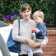 Jennifer Garner va chercher son fils Samuel à Brentwood, le 25 mars 2014.