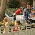 Ben Affleck s'amuse avec les enfants, Violet, Seraphina et Samuel, dans un parc de Beverly Hills, Los Angeles, le 29 mars 2014.