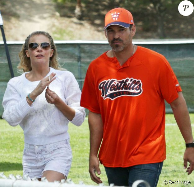 Exclusif - Eddie Cibrian va regarder ses fils jouer au baseball en compagnie de sa femme LeAnn Rimes à Calabasas, le 23 mars 2014.