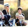 Eddie Cibrian et son ex femme Brandi Glanville regardent leurs enfants Mason et Jake jouer au football en compagnie de LeAnn Rimes. A Woodland Hills, le 9 novembre 2013.