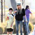 Brandi Glanville regarde ses enfants Mason et Jake jouer au football en compagnie d'Eddie Cibrian et LeAnn Rimes. A Woodland Hills, le 9 novembre 2013.