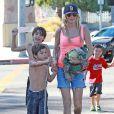 Eddie Cibrian assiste au match de football de son fils Mason avec sa femme LeAnn Rimes à Los Angeles. Son ex-femme, Brandi Glanville, était aussi présente. Le 28 septembre 2013.