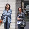 Katie Holmes et une amie se promènent à New York, le 16 avril 2014. Katie Holmes porte un gilet avec des étoiles et un jean slim, l'une de ses signatures lorsqu'elle ne porte pas son boyfriend jean.