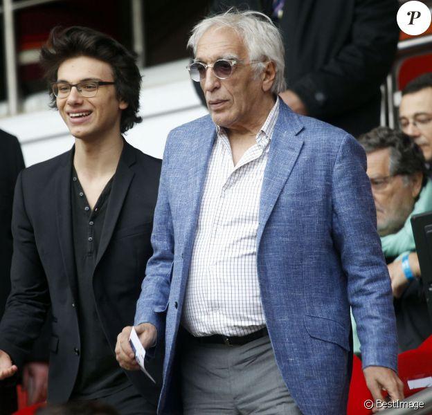 Gérard Darmon et son fils Jules lors du match opposant le PSG Evian Thonon-Gaillard au Parc des Princes à Paris le 23 avril 2014.
