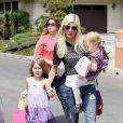 Tori Spelling avec ses enfants dans les rues de Los Angeles, le 12 avril 2014.
