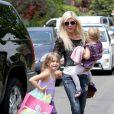 Tori Spelling avec ses filles dans les rues de Los Angeles, le 12 avril 2014.