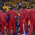 Les joueurs des Clippers se sont débarrassés de leurs maillots d'entraînement portant le sigle des Clippers, le 27 avril 2014, afin de protester contre les déclarations racistes de leur propriétaire Donald Sterling lors de l'échauffement de leur match face aux Warrios de Golden States
