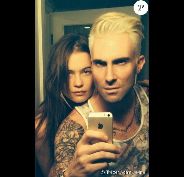 Adam Levine décoloré en blond, avec sa fiancée, le 3 mai 2014.
