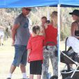 Gwen Stefani avec son mari Gavin Rossdale assistent au match de foot de leur fils Zuma en compagnie de Kingston et du petit dernier, Apollo. Los Angeles, le 3 mai 2014.