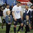 Zlatan Ibrahimovic avec ses enfants Maximilian et Vincent à l'issue du match entre le PSG et Rennes au Parc des Princes à Paris le 7 mai 2014, match après lequel le PSG a célébré son titre de champion de France malgré la défaite (2-1)