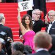 Salma Hayek (pancarte pour les lycéennes enlevées au Nigéria)   lors de la montée des marches du film Saint Laurent et l'hommage au cinéma d'animation au Festival de Cannes le 17 mai 2014