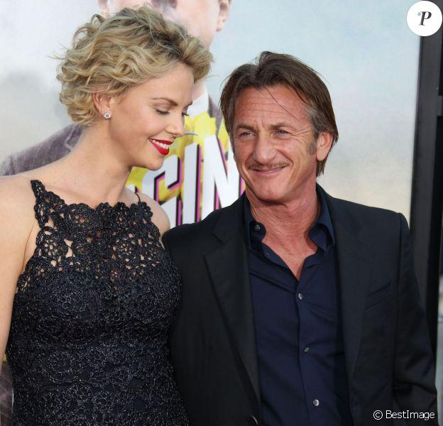 """Charlize Theron (habillée en Dior) et son compagnon Sean Penn lors de la première du film """"A Million Ways To Die In The West"""" à Westwood, le 15 mai 2014"""