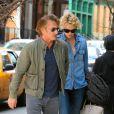 Sean Penn et Charlize Theron se tiennent la main alors qu'ils se promènent à New York, le 6 mai 2014.