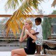 Charlize Theron est à Miami en Floride avec son fils Jackson afin de réaliser une séance photo avec le célèbre photographe Mario Testino le 19 mars 2014