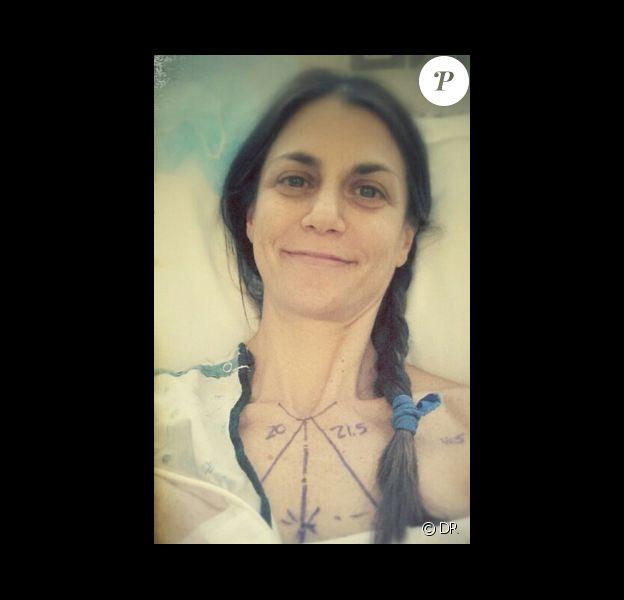 Samantha Harris a posté une photo d'elle quelques minutes avant de rentrer dans le bloc opératoire pour une double mastectomie, le 20 mai 2014.