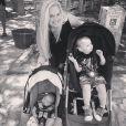 Tiffany Thornton pose avec ses fils Kenneth James Carney (21 mois) et Bentley Cash Carney (3 mois), le 11 mai 2014.