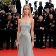 Rosie Huntington-Whiteley, habillée d'une robe Gucci Première, de boucles d'oreilles et d'une bague de Grisogono, foule le tapis rouge du Palais des Festivals lors de la projection du film The Search. Cannes, le 21 mai 2014.