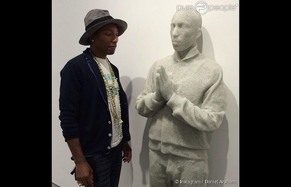 Pharrell Williams rencontre son double, réalisé par Daniel Arsham, pour l'exposition G I R L à la Galerie Perrotin. Paris, le 26 mai 2014.