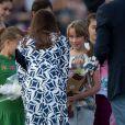 Kate Middleton lors de sa visite avec le prince William dans la région de Winmalee, dans les Montagnes bleues, en Australie, le 17 avril 2014. Ce jour-là, sa robe Diane von Fürstenberg n'a pas pu résister aux rafales de vent provoquées par l'hélicoptère, et une habitante a pu photographier les fesses de la duchesse...