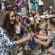 Kate Middleton avec le prince William dans la région de Winmalee, dans les Montagnes bleues, en Australie, le 17 avril 2014. Ce jour-là, sa robe Diane von Fürstenberg n'a pas pu résister aux rafales de vent provoquées par l'hélicoptère, et une habitante a pu photographier les fesses de la duchesse...