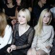 Dakota et Elle Fanning ensemble à Paris le 2 octobre 2013 pour le défilé Louis Vuitton lors de la Fashion Week. Les deux jeunes actrices descendraient du roi Edouard III d'Angleterre.