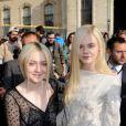 Les soeurs Dakota et Elle Fanning à Paris le 2 octobre 2013 pour le défilé Louis Vuitton lors de la Fashion Week. Les deux jeunes actrices descendraient du roi Edouard III d'Angleterre.