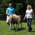 EXCLU - Loana et son compagnon Frédéric au beau milieu de la forêt avec leur poney à Nemours le 19 juin 2013