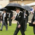 Le duc d'Edimbourg lors de la pluvieuse troisième garden party de l'année organisée à Buckingham Palace le 3 juin 2014.