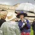 La princesse Alexandra de Kent lors de la pluvieuse troisième garden party de l'année organisée par sa cousine Elizabeth II à Buckingham Palace le 3 juin 2014.