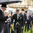 Le prince Philip était de belle humeur lors de la pluvieuse troisième garden party de l'année organisée à Buckingham Palace le 3 juin 2014